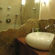 Waschbeckentisch - Waschbeckennische - Steinwand