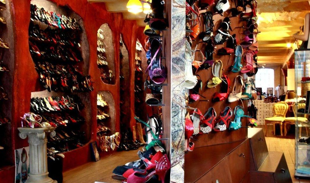 Schuhschrank mit Schubladen und Metallhaken