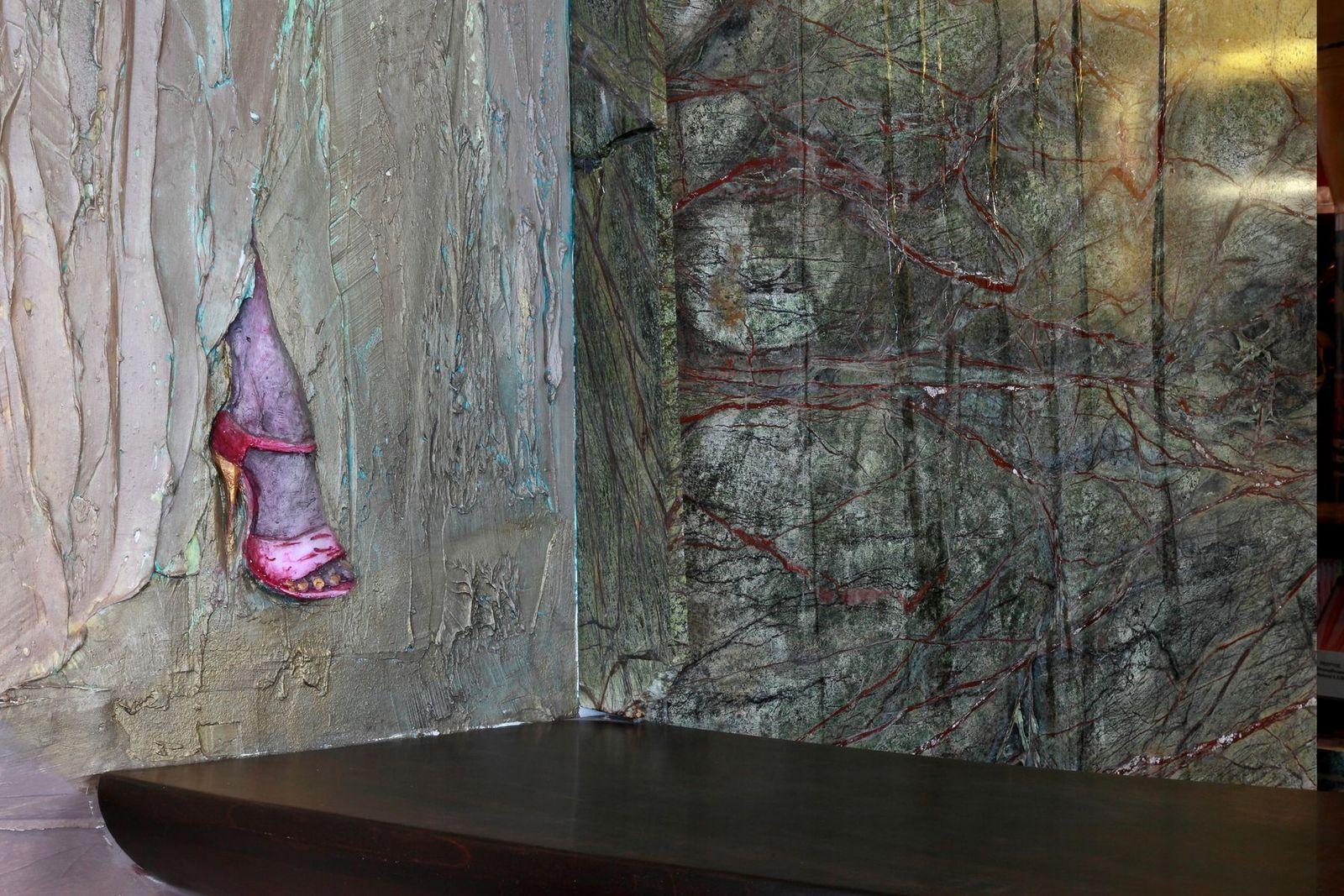 Steinbrunnen - Wandrelief - Schuh